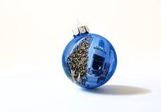 L'ornement bleu brillant de vacances reflète brillamment l'arbre de Noël coloré de Lit Images stock