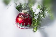 L'ornement de Noël sur la neige a couvert le pin Photos libres de droits