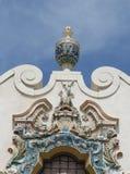 L'ornement extérieur coloré de terre cuite sur la construction historique de restaurants de Childs Photo libre de droits