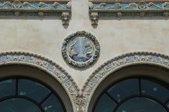 L'ornement extérieur coloré de terre cuite sur la construction historique de restaurants de Childs Photos libres de droits