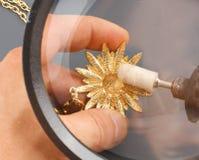 L'oro di lucidatura del gioielliere Fotografia Stock Libera da Diritti