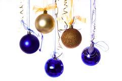 L'oro e le sfere blu di nuovo anno immagini stock libere da diritti
