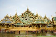 L'oro ed il padiglione di lusso d'annata verde sono stati costruiti sullo stagno, MU fotografia stock libera da diritti