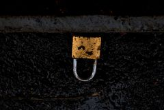 L'oro tagliato sporco fissa la strada nera fotografia stock