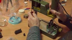 L'orologiaio personalizza la stampa di trapano video d archivio