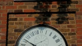 L'orologio all'osservatorio reale a Greenwich stock footage