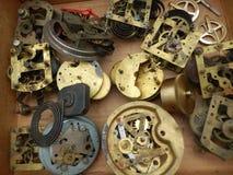 L'orologio antico si separa le primavere & le chiavi degli ingranaggi Immagini Stock Libere da Diritti