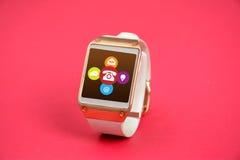 L'orologio astuto di Digital con il contatto significa l'insegna rosa delle icone Immagine Stock