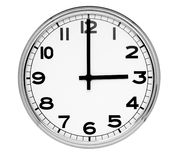 L'orologio classico sulla parete indica tre Fotografia Stock Libera da Diritti