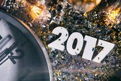 L'orologio colpisce nuovo Year& di mezzanotte x27; fondo 2017 di s Immagini Stock Libere da Diritti