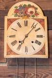 L'orologio d'annata della cucina con i numeri romani ha appeso su backgr di legno Immagini Stock