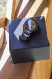 L'orologio degli uomini di lusso fatto di ceramica alta tecnologia nera con l'imballaggio originale Foto del primo piano Fotografia Stock