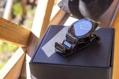 L'orologio degli uomini di lusso fatto di ceramica alta tecnologia nera con l'imballaggio originale Foto del primo piano Fotografia Stock Libera da Diritti