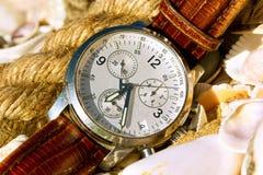 L'orologio degli uomini fotografato sulla costa Fotografie Stock