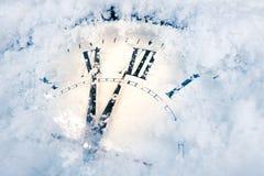 L'orologio del nuovo anno nella neve Cartolina di Natale immagine stock libera da diritti