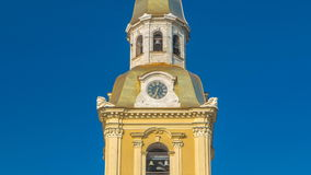 L'orologio della cattedrale di St Peter e di St Paul nella fortezza di Petropavlovskaya nel timelapse di St Petersburg video d archivio
