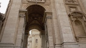 L'orologio di parete ed il campanile in basilica di St Peter nel Vaticano Roma Italia con le grandi statue dal lato di archivi video
