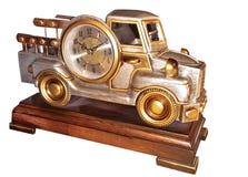 L'orologio di tavola decorativo, completa sotto forma di vecchia automobile su un supporto di legno laccato fotografia stock