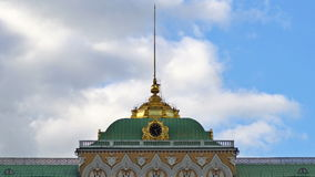L'orologio dorato e la guglia sul tetto di grande palazzo di Cremlino al rallentatore UHD - 4K 25 agosto 2016 mosca La Russia video d archivio