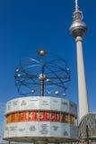 L'orologio e la televisione del mondo torreggiano su a Berlino Immagini Stock