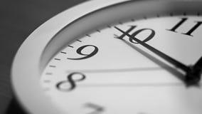 L'orologio funziona sul quadrante stock footage