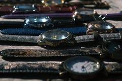 L'orologio là è molto Mercato delle pulci Mercato delle merci economiche Fotografie Stock