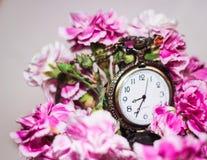 l'orologio marcatempo fiorisce l'orologio rosa Immagini Stock Libere da Diritti