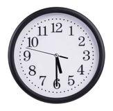 L'orologio rotondo dell'ufficio mostra il cinque e mezzo immagini stock libere da diritti
