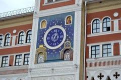 L'orologio sulla costruzione della galleria di arte nazionale in Joškar-Ola Fotografie Stock Libere da Diritti