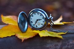 L'orologio sulla foglia di autunno fotografie stock libere da diritti