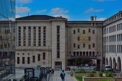 L'orologio vivente Le ore sul quadrante a forma di stella rappresentano i caratteri importanti a partire dal passato a Bruxelles Fotografia Stock Libera da Diritti