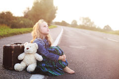L'orphelin seul s'assied sur la route Photo stock
