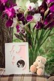 L'orsacchiotto riguarda l'erba con i fiori immagini stock libere da diritti