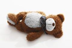 L'orsacchiotto riguarda la priorità bassa bianca Fotografie Stock