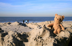 L'orsacchiotto riguarda la spiaggia Fotografia Stock