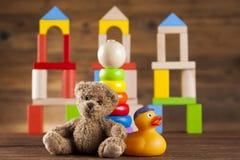 L'orsacchiotto riguarda su fondo di legno Immagini Stock Libere da Diritti