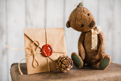 L'orsacchiotto riguarda una valigia con i messaggi di amore Fotografia Stock Libera da Diritti