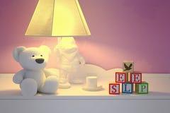 L'orso del giocattolo, i blocchetti del giocattolo, il latte e una lampada sono sono situati sulla tavola immagini stock libere da diritti