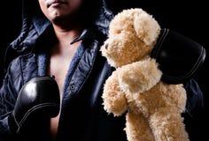 L'orso dell'orsacchiotto ha tenuto dal pugile Immagini Stock Libere da Diritti