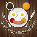 L'orso sorridente fa con le uova fritte e salsiccia e bevanda Immagini Stock