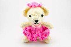 L'orso sveglio lavora all'uncinetto la bambola isolata Fotografia Stock Libera da Diritti