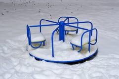 L'oscillazione dei bambini coperta di neve immagini stock