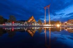 L'oscillazione gigante ed il tempio di Suthat a tempo crepuscolare, a Bangkok T Fotografie Stock