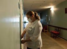 L'ospedale di esclusione dei volontari nell'infermiere dell'ospedale di SievierodonetskSievierodonetsk esclude l'ospedale Immagine Stock