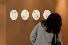 L'ospite esamina la visualizzazione di arte Fotografie Stock Libere da Diritti