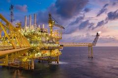 L'ossequio della piattaforma della costruzione del gas e del petrolio marino si intossica allora inviato alla raffineria terrestr Immagine Stock