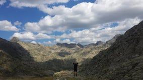 L'osservazione ha assorbito il paesaggio montagnoso Fotografie Stock