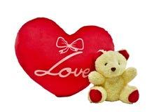 L'ours crème de couleur et le coeur rouge se reposent avec le mot d'amour Photographie stock libre de droits
