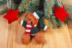 L'ours de nounours avec les branches impeccables et l'étoile forment pour Noël Photo stock
