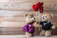 L'ours de nounours donnent le ballon en forme de coeur à son amie Image libre de droits
